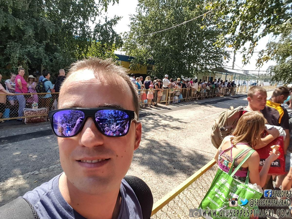 La fila di attesa dei controlli per l'uscita dall'Ucraina
