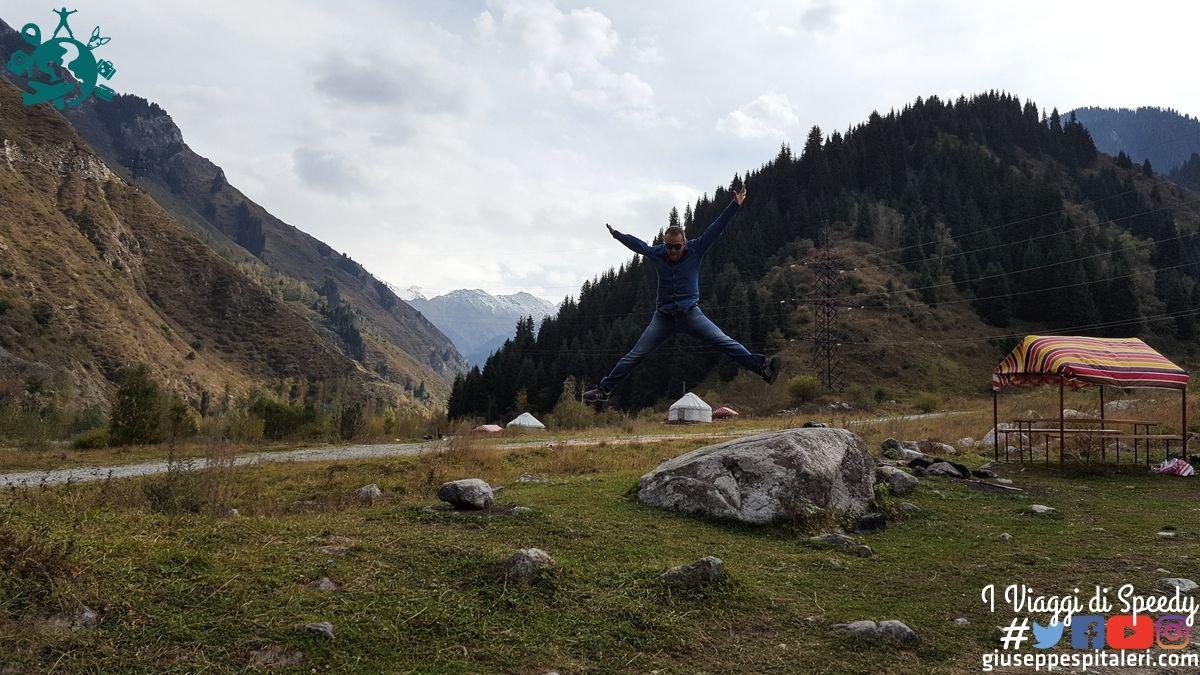 Un Salto lungo le montagne che portano al Big Almaty Lake (Kazakhstan)