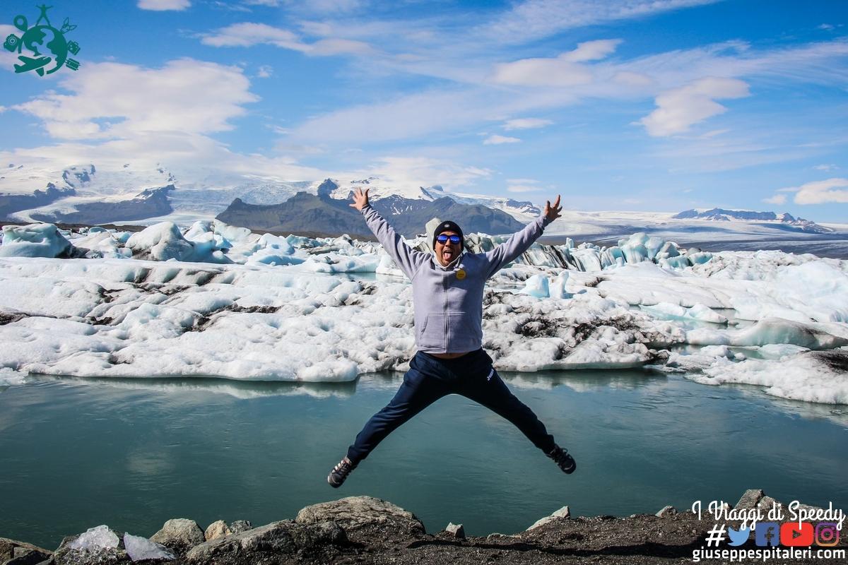Un salto nel lago glaciale Jökulsárlón (Islanda)