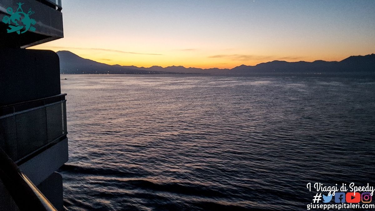 Alba a Napoli e il suo Vesuvio