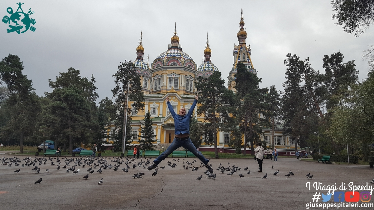Un salto alla Cattedrale dell'Ascensione ad Almaty (Kazakhstan)