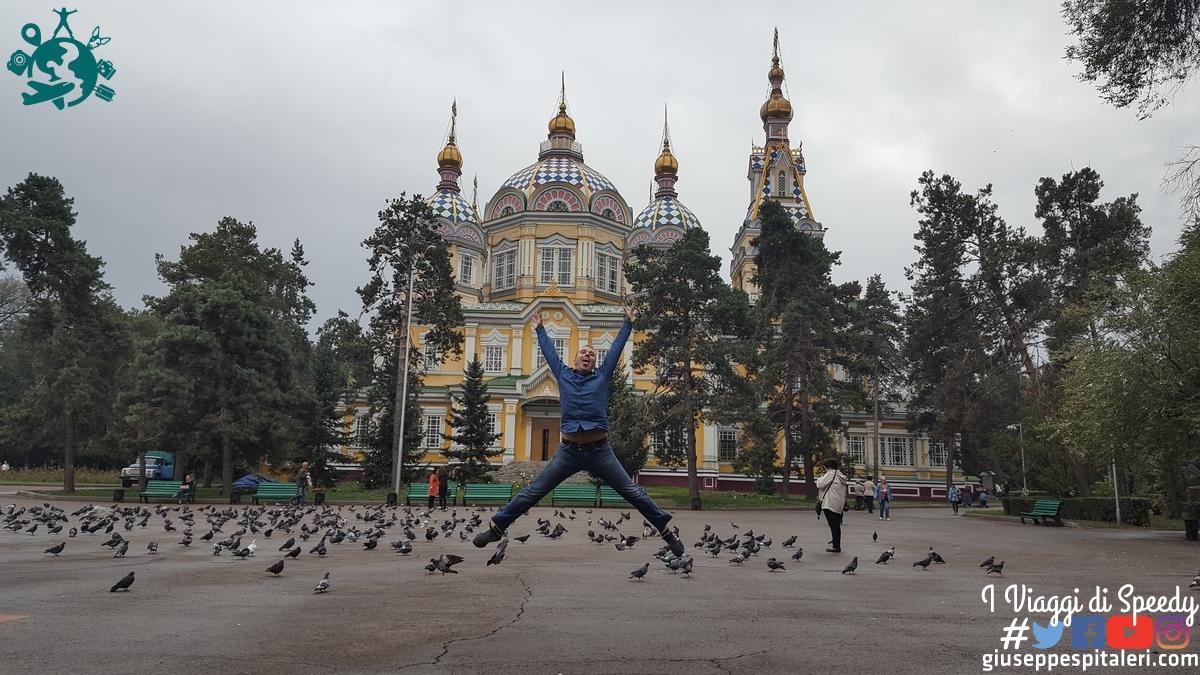 Un salto alla Cattedrale dell'Ascensione ad Almaty (Kazakhstan)