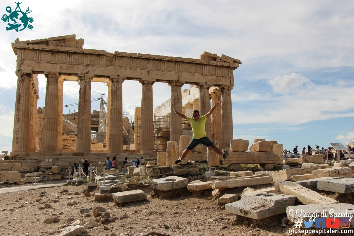 Un salto al Partenone di Atene (Grecia)