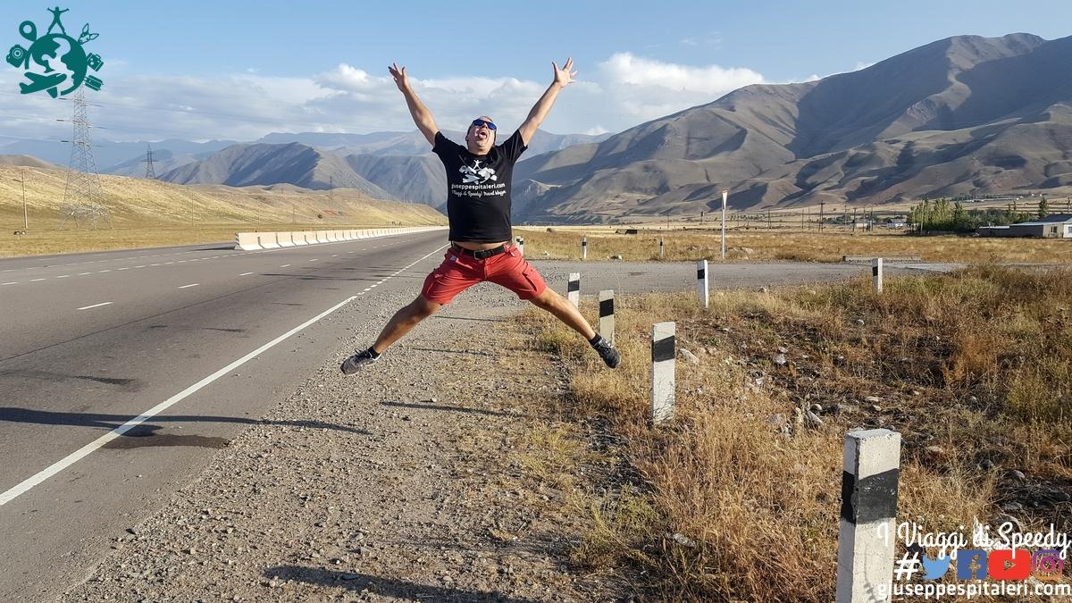 Un salto lungo la trada da Bishkek che porta al Lago Issyk-Kul (Kyrgyzstan)