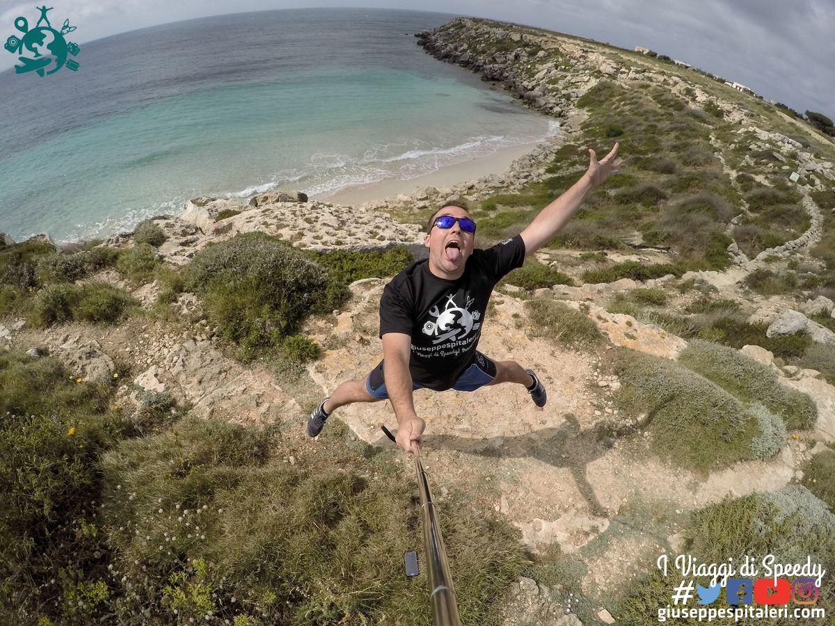 Un salto nella spiaggia di Cala Azzurra sull'Isola di Favignana (Trapani/Sicilia/Italia)