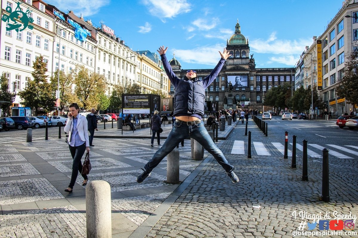 Un salto nela piazza di San Venceslao a Praga (Repubblica Ceca)