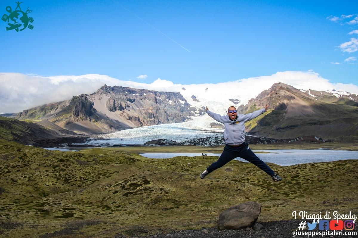 Un salto nel lago glaciale Fjallsárlón (Islanda)
