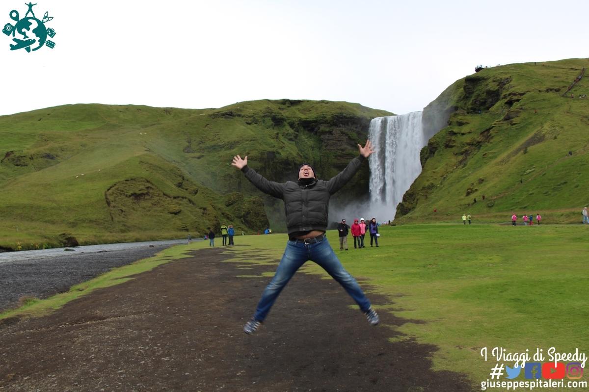Un salto nella cascata Skógafoss (Islanda)
