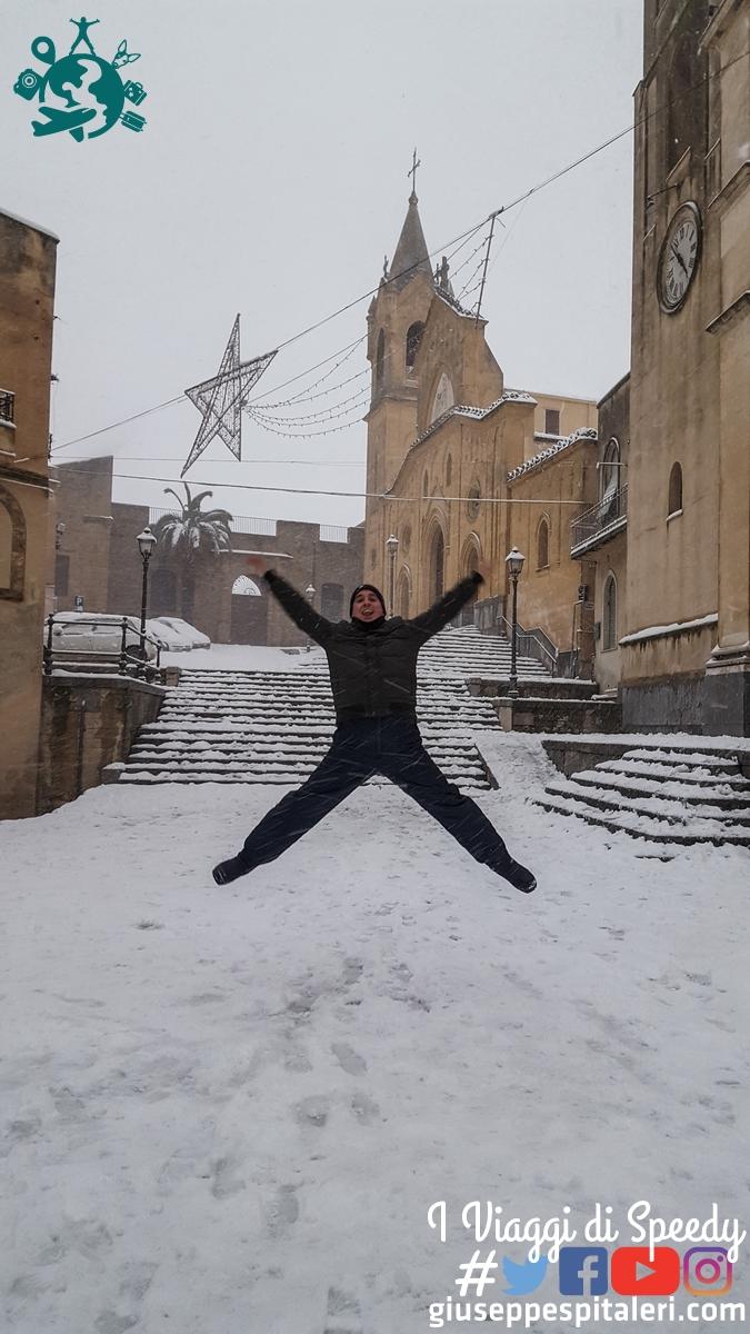 Un salto in Piazza Umberto I a Mezzojuso (Palermo) con la La Chiesa Matrice latina dell'Annunziata e la Chiesa Matrice greca di San Nicola (Sicilia/Italia)
