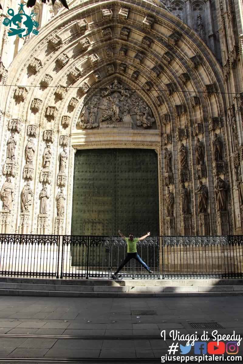 Un salto nela Cattedrale di Santa Maria della Sede a Siviglia (Spagna)