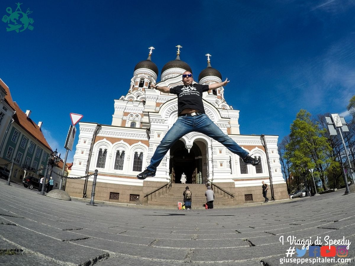 Un salto nella Cattedrale Aleksandr Nevskij a Tallinn (Estonia)