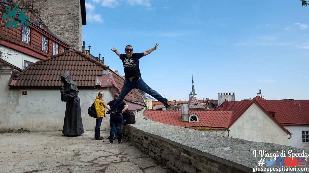 Un salto dal castello Toompea di Tallinn (Estonia)
