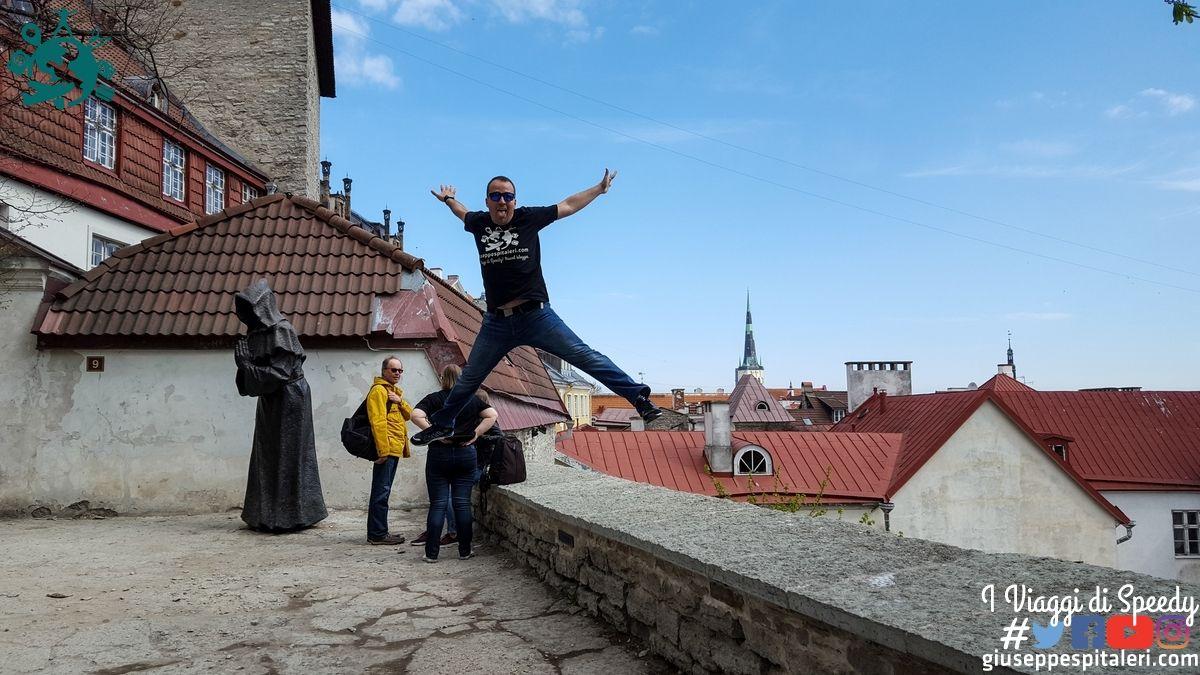 Un salto dal castello Toompea di Tallinn (Estonia)