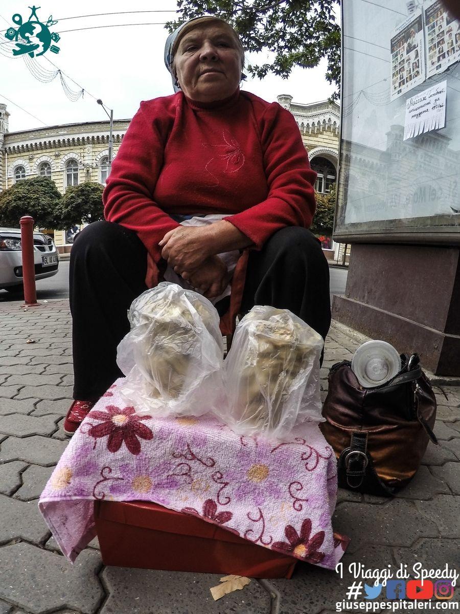 """""""Babushka"""" che vende i tuoi prodotti lungo la via principale"""