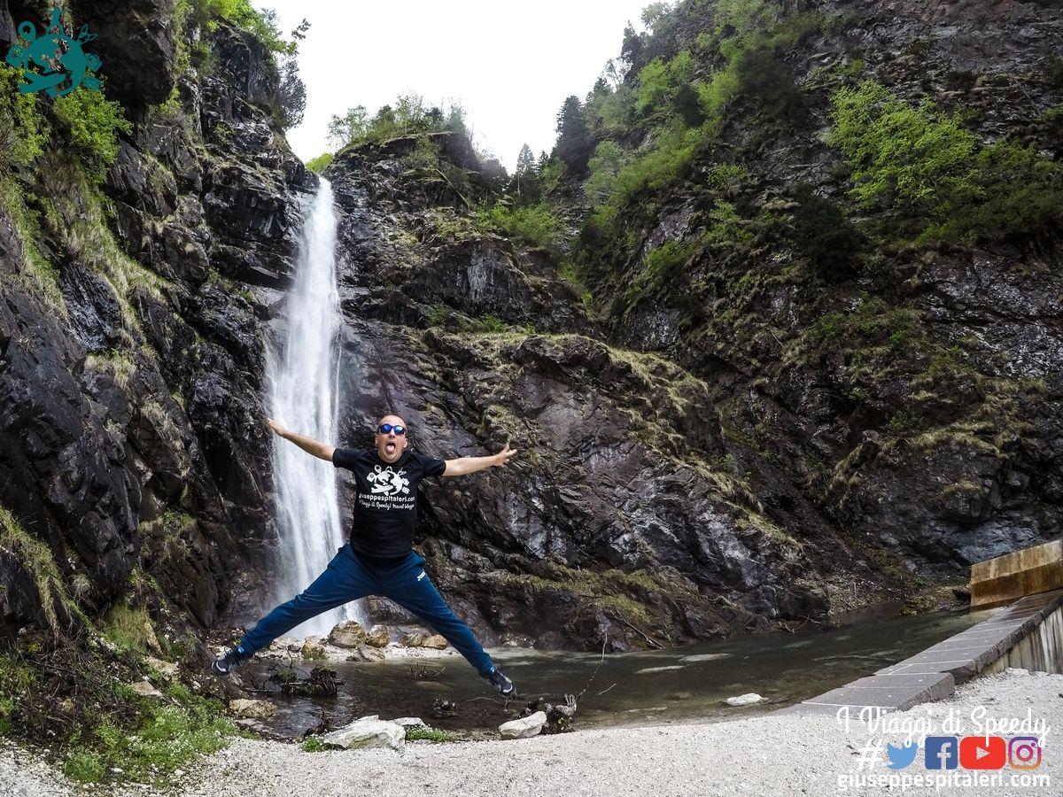 Salto alla Cascata cascata Ru De Rialt di Alleghe