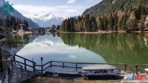 Il Lago di Alleghe immerso tra i boschi delle Dolomiti – Belluno (Veneto)