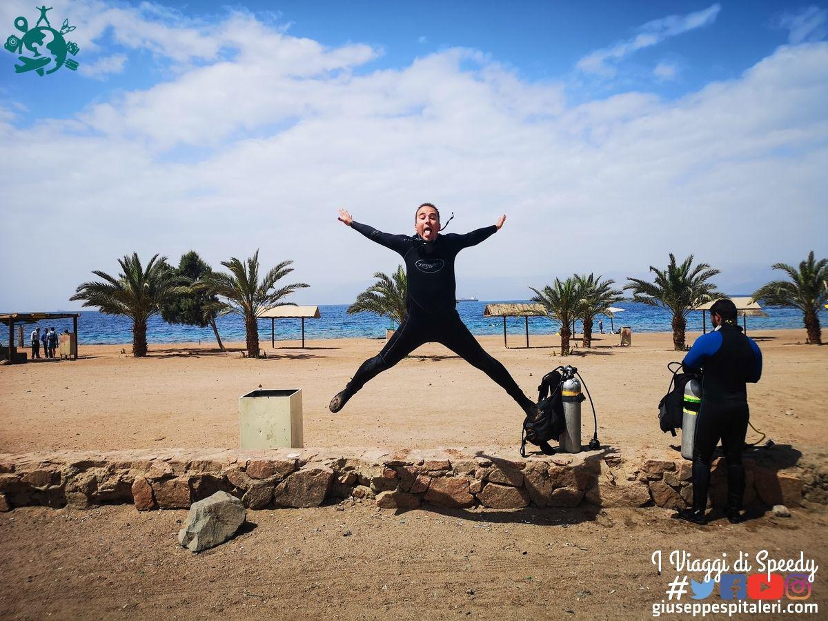 Un salto nella spiaggia di Aqaba sul Mar Rosso (Giordania)