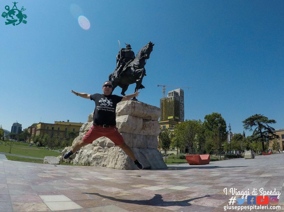 Un salto a piazza Skanderbeg -Tirana (Albania)
