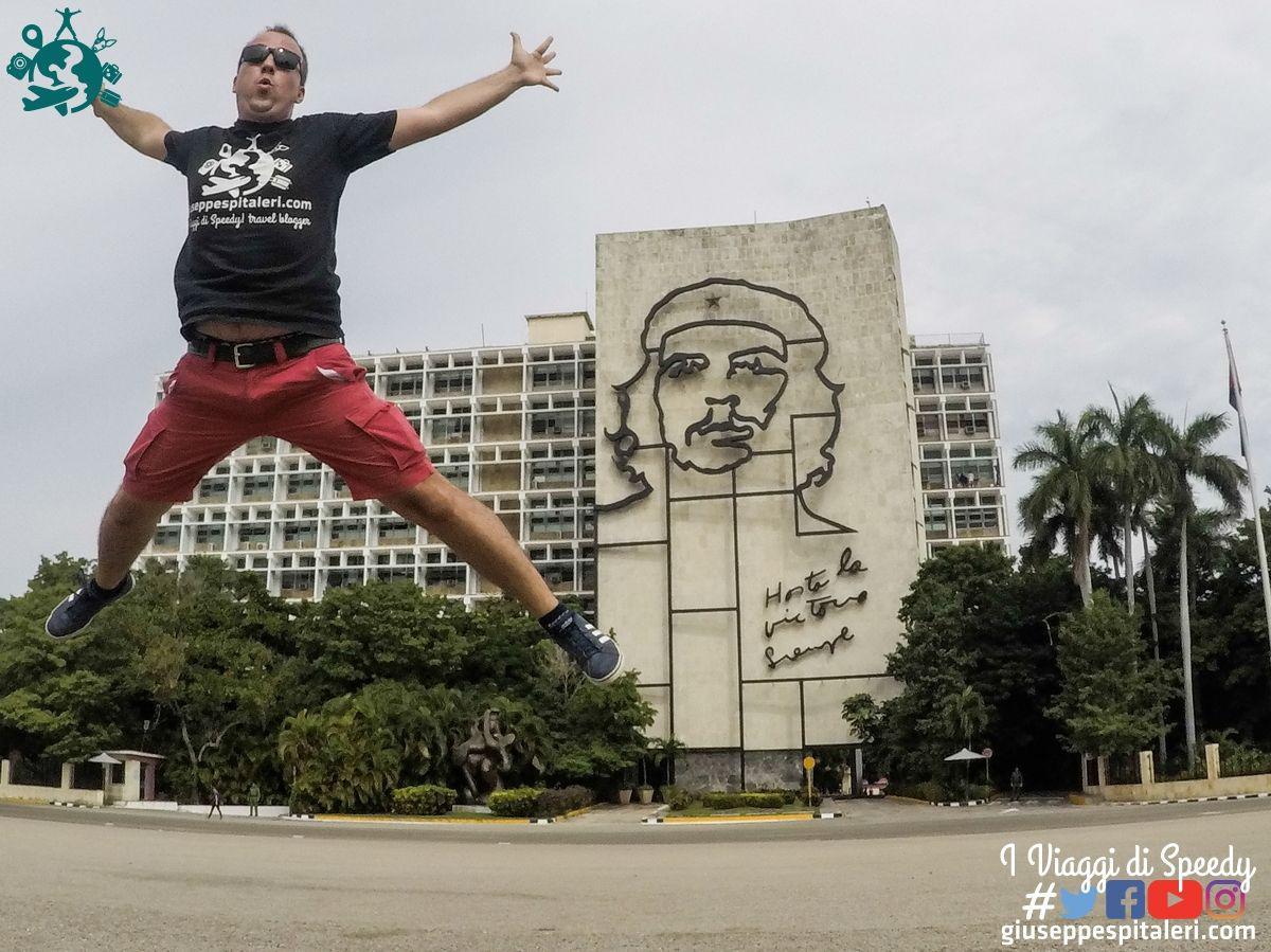 Un salto nella storica Plaza Revolucion di l'Avana (Cuba) hasta la victoria siempre