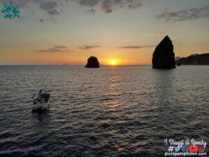 Lipari Boat Experience: tour in barca dell'isola di Lipari con aperitivo al tramonto ai faraglioni.